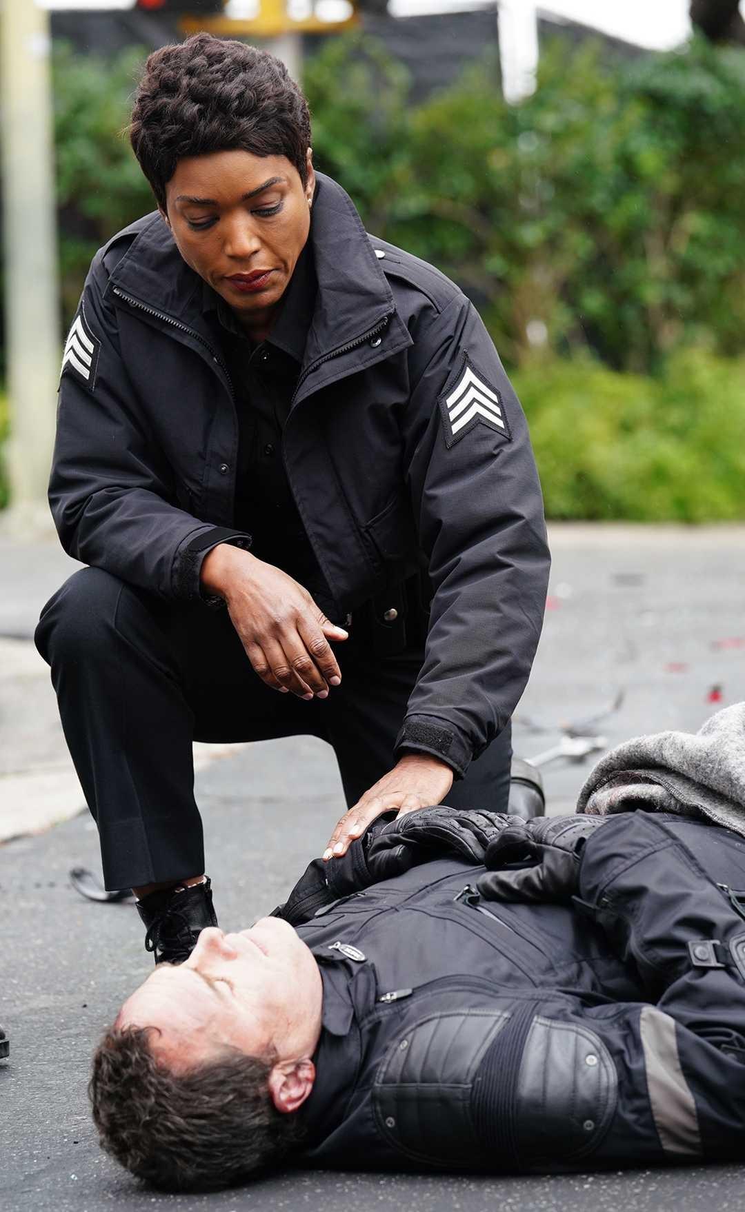 Herečka Angela Bassett v seriáli 9-1-1 ako policajtka Athena Grant