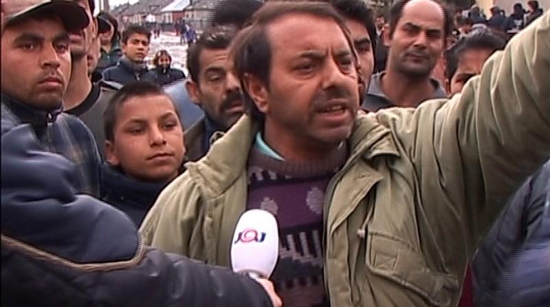 Búriaci sa Rómovia v obci Trhovište počas sociálnych nepokojov spôsobených znížením soc. dávok v r. 2004