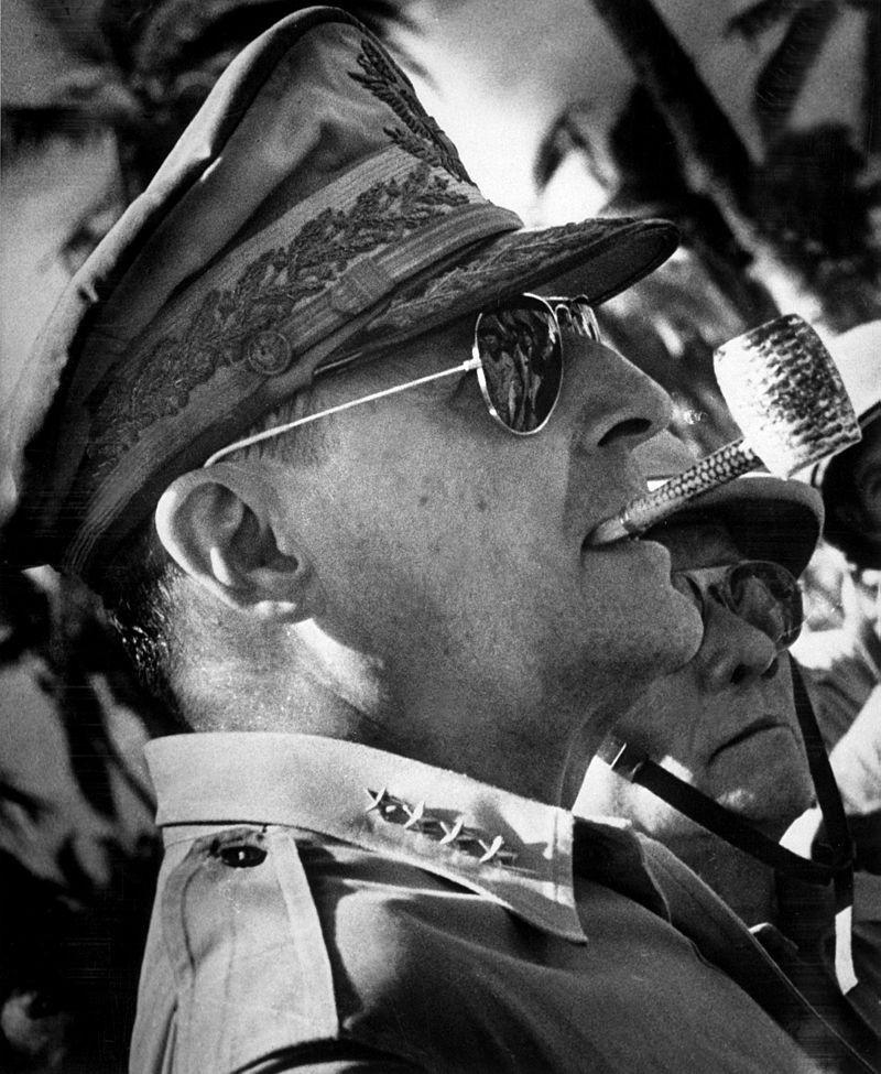 Douglas MacArthur počas druhej svetovej vojny v Tichomorí