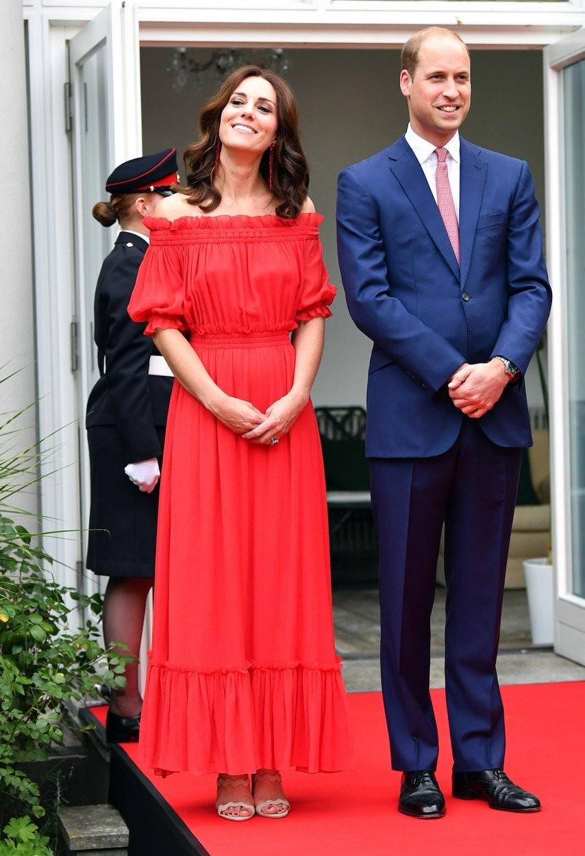 Šatami s odhalenými plecami dala Kate najavo, že sa v trendoch vyzná.
