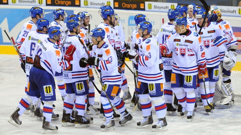 Slovenskí hráči sa tešia z vítazstva počas hokejového turnaja Slovakia Cup 2011