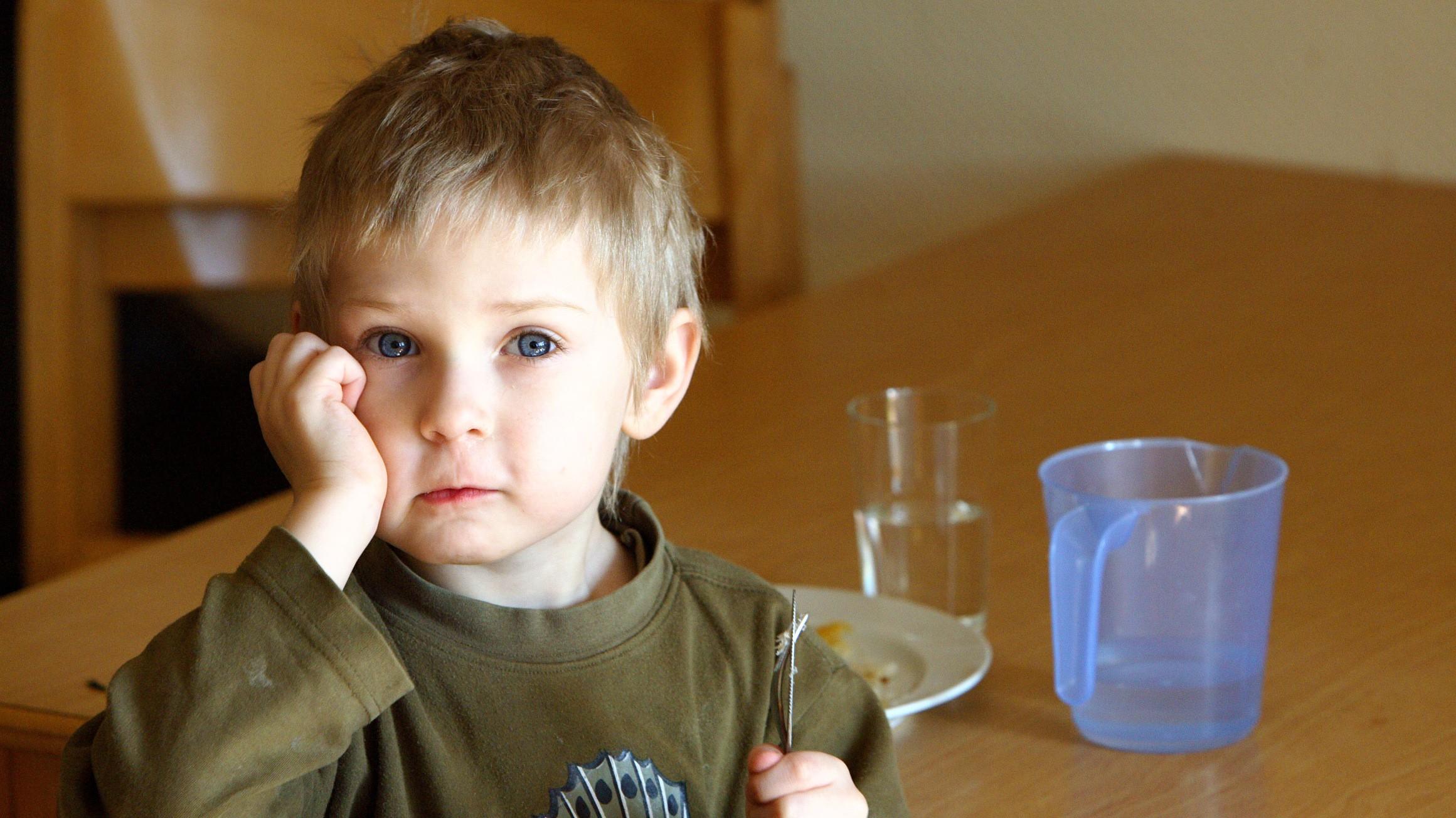 Chlapec_chlapček_týranie_večera_stôl_smutný_ilustračné foto