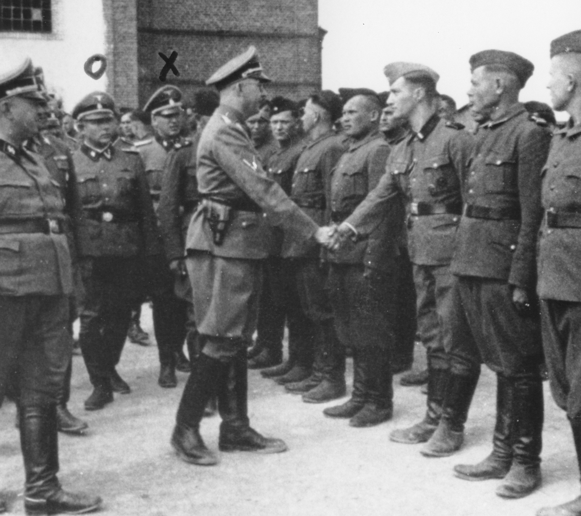 Heinrich Himmler si podáva ruku s novými dozorcami v koncentračnom tábore Trawniki v Poľsku