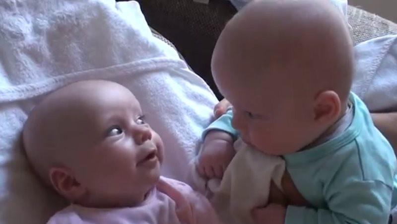 Video Roztomilý rozhovor dvojičiek  Rozumejú si aj bez slov! 15afae60fcb