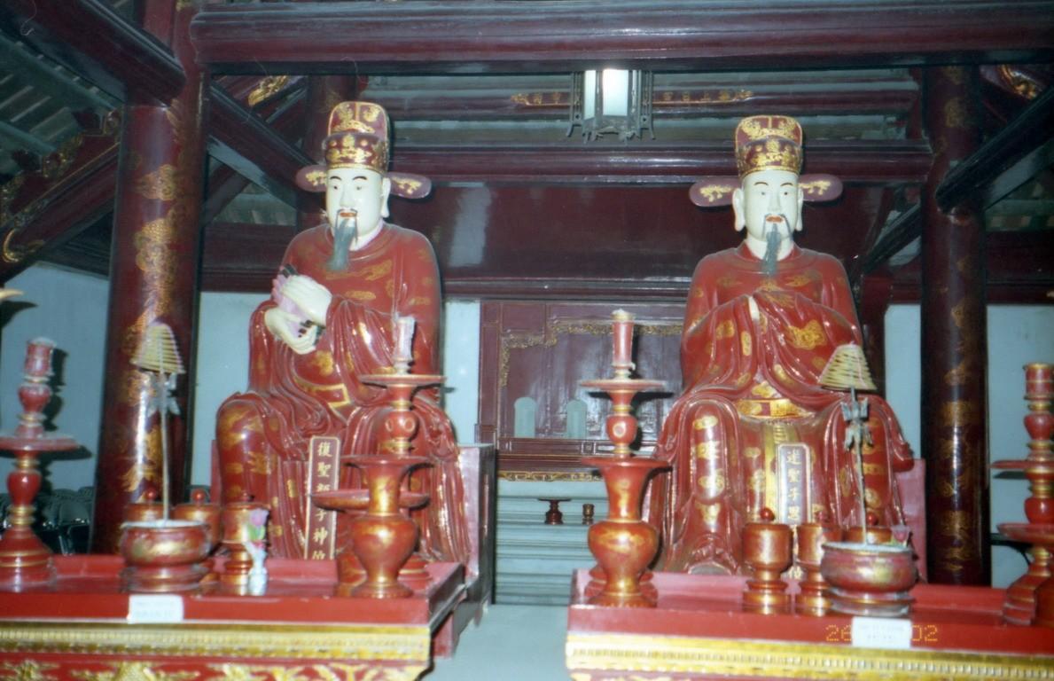 Pagoda, v ktorej trónia veľké sochy.