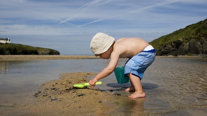 Chlapček v pieskovisku, ilustračné foto