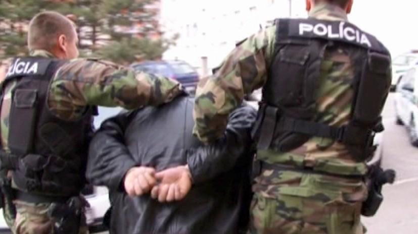 Policajti_páchateľ_putá