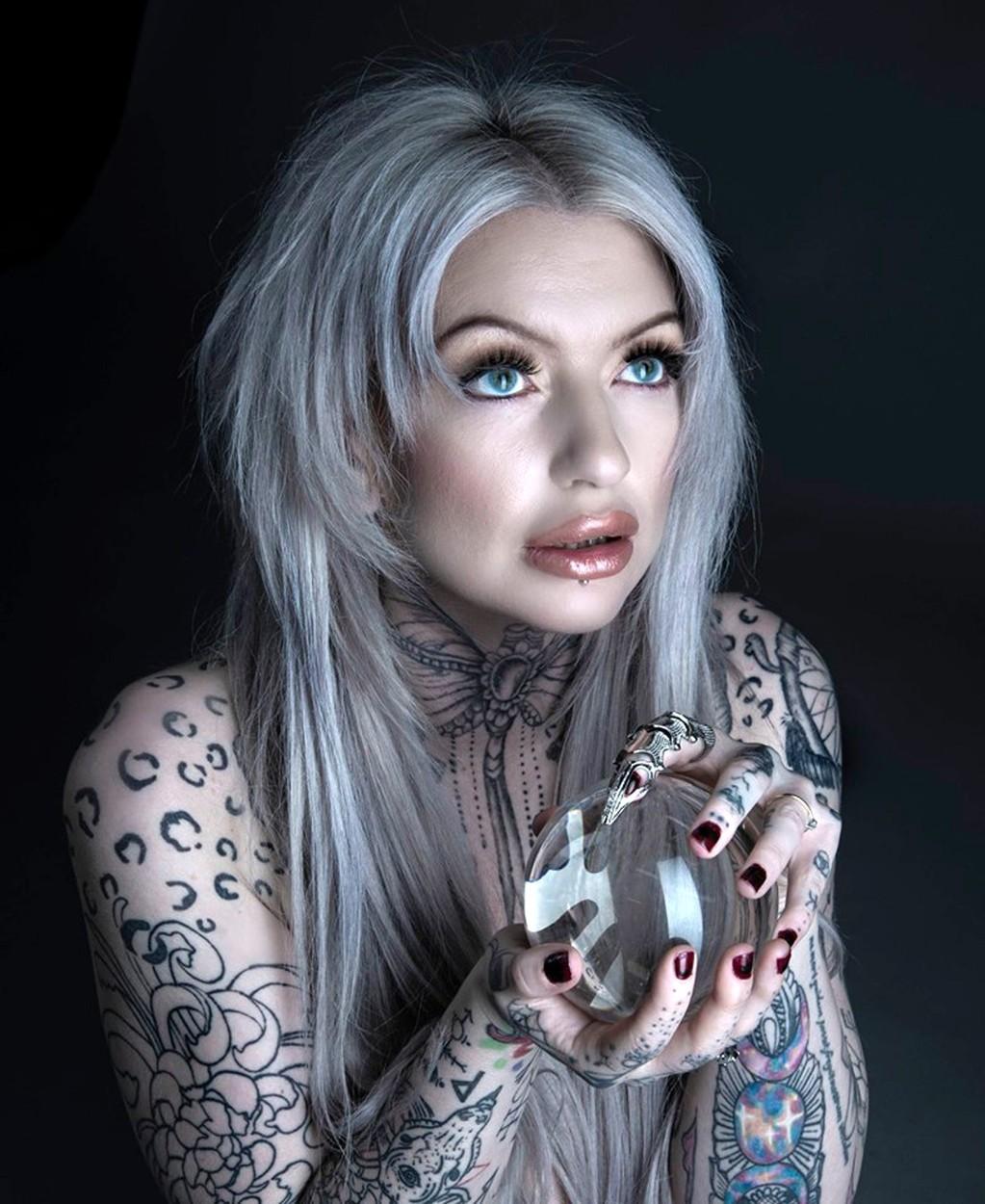 Shelby Toms, tetovanie