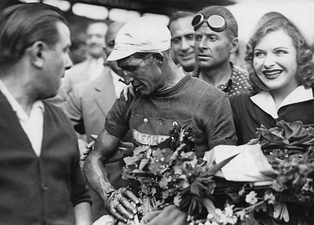 Taliansky pretekár cyklista Gino Bartali (1914 - 2000) v Parc des Princes v Paríži, po svojom druhom víťazstve Tour de France 25. júla 1948.